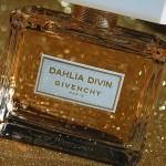 Dahlia Divin : la robe dorée de Givenchy